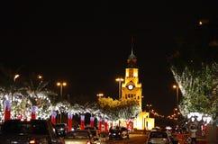 Arbres et tour d'horloge lumineux de Riffa le jour national Photographie stock libre de droits