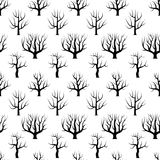 Arbres incurvés noirs et blancs sans couture sans milieux de feuilles Photo libre de droits