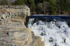 Arbres, roches, et cascade Photographie stock
