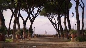 Arbres s'élevant dans l'allée près du jardin orange, degli Aranci de Rome, Italie Giardino Verrouill? en bas du tir en temps r?el banque de vidéos