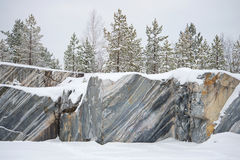 Arbres, s'élevant sur la carrière de marbre de roches, jour de janvier Ruskeala, Carélie Photos stock