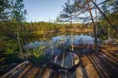 Arbres sur le rivage d'une belle carrière avec de l'eau clair Pierre grande l'ukraine Photos stock