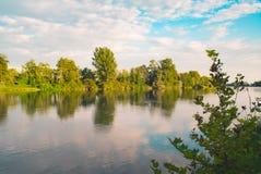 Arbres tranquilles et nuages de rivière Photo libre de droits