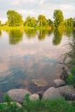 Arbres tranquilles et roches de rivière Photographie stock libre de droits