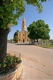 Arbres verts et l'église de John l'Eveangelist Photo libre de droits