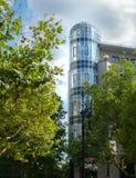Arbres vus par bâtiment d'Art Deco photos stock