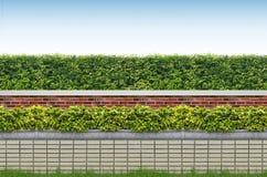 Arbustes et frontière de sécurité de brique Photographie stock libre de droits
