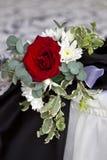 Arbusto color de rosa rojo en una tabla de la boda Imágenes de archivo libres de regalías