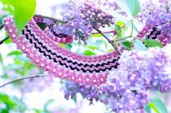 Arbusto de lila púrpura y accesorios hechos a mano del ganchillo Foto de archivo
