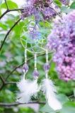Arbusto de lila púrpura y accesorios hechos a mano del ganchillo Imagenes de archivo