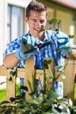 Arbusto della potatura dell'uomo Immagini Stock