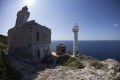 Arbusto y rocas verdes cerca del mar en la isla del domin? de San Apulia Italia fotos de archivo