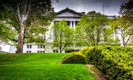 Arbustos e árvores na frente do Capitólio do estado em Harrisburg fotografia de stock