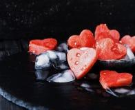 Arbuzów serca z kostkami lodu dla Valentine& x27; s dzień Zdjęcia Stock