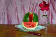 Arbuz, plasterek arbuz na białym talerzu fotografia stock