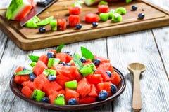 Arbuz sałatka z kiwi owoc, czarnymi jagodami i świeżej mennicy lea, Fotografia Stock
