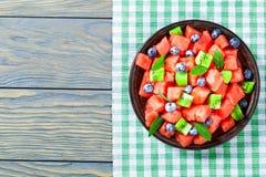 Arbuz sałatka z kiwi owoc, czarnymi jagodami i świeżej mennicy lea, Obraz Stock
