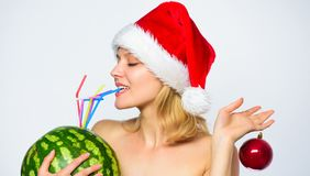 Arbuza detox żywienioniowy napój Dziewczyny odzieży Santa chwyta ornamentu napoju arbuza kapeluszowego balowego koktajlu słomiany zdjęcia stock