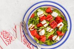 Arbuza i feta sera sałatka w bielu talerzu na białym backg zdjęcie royalty free