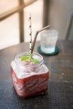 Arbuza smoothie na nieociosanym drewno stole obrazy stock