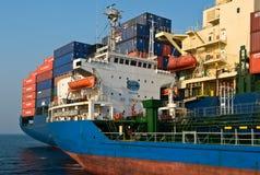 Arcón de la incursión de Ostrov Russkiy del petrolero en las compañías de Hyundai de portacontenedores Bahía de Nakhodka Mar del  Foto de archivo