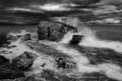 Arcón de la playa de Liepaja Casa del ladrillo, agua suave, ondas y rocas El militar abandonado arruina instalaciones en un mar t Fotos de archivo