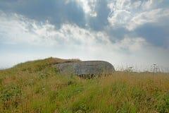 Arcón de la Segunda Guerra Mundial ocultada en un campo en los acantilados que pasan por alto el Mar del Norte en la costa del óp foto de archivo libre de regalías