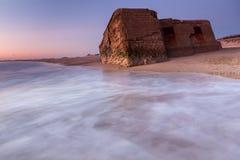 Arcón en ruinas en la playa Foto de archivo