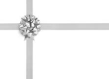 Arc argenté de ruban sur le fond blanc Photographie stock libre de droits