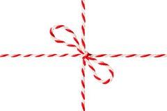 Arc attaché blanc de corde rouge, ruban postal, d'isolement enveloppant la corde Photographie stock