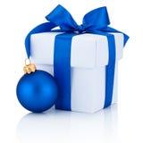 Arc attaché par boîtier blanc de ruban bleu et boule de Noël d'isolement Photographie stock