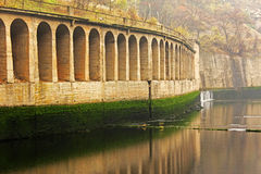 Arc au-dessus d'une rivière Photo stock