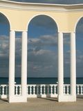 Arc, balustrade et mer Photos stock