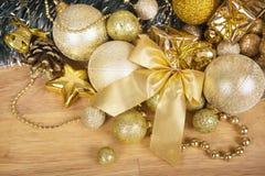 Arc d'or de Noël sur la surface en bois Photos libres de droits