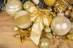 Arc d'or de Noël sur la surface en bois Image libre de droits