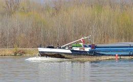 Arc d'un cargo en amont sur la rivière Danube photographie stock