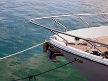 Arc de bateau de yacht amarré par luxe à flot photo stock