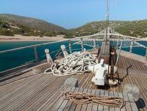 Arc de bateaux avec le rivage de seaand derrière Photos stock