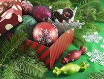 Arc de cadeau avec des babioles et des jouets de Noël Photographie stock