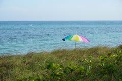 Arc de pluie sur la plage Photos libres de droits