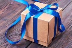 Arc de ruban bleu sur le cadeau Photos stock