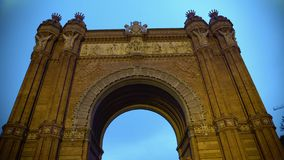 Arc de Triomf στη Βαρκελώνη, διακοσμημένο μπροστινό frieze, ισπανική θέα αρχιτεκτονικής φιλμ μικρού μήκους