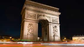 Arc de Triomph στο Παρίσι τή νύχτα Αυτό το ιστορικό μνημείο αγνοεί τα elysees λεωφόρων des champs στην καρδιά απόθεμα βίντεο