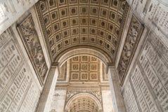 Arc de Triomphe à Paris sous le ciel avec des nuages Images stock