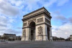 Arc de Triomphe ενάντια στο συμπαθητικό μπλε ουρανό Στοκ Φωτογραφία