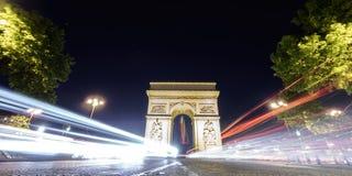 Arc de Triomphe και αυτοκίνητο ανάβει τη νύχτα Στοκ φωτογραφία με δικαίωμα ελεύθερης χρήσης