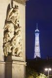 Arc de Triomphe και πύργος του Άιφελ που φωτίζεται τη νύχτα στο Παρίσι Στοκ εικόνες με δικαίωμα ελεύθερης χρήσης