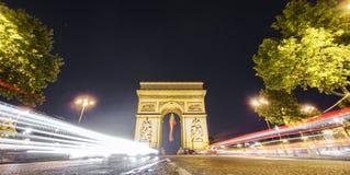 Arc de Triomphe και το φως αυτοκινήτων σύρουν τη νύχτα Στοκ Εικόνες