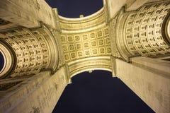 Arc de Triomphe κατώτατη άποψη τη νύχτα Στοκ φωτογραφία με δικαίωμα ελεύθερης χρήσης