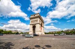 Arc de Triomphe στο Παρίσι Διασταύρωση κυκλικής κυκλοφορίας Etoile σε ένα όμορφο summe Στοκ Εικόνες